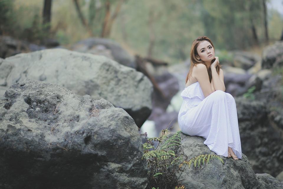 šaty v přírodě