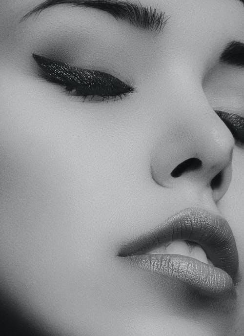 žena černobílá oblič