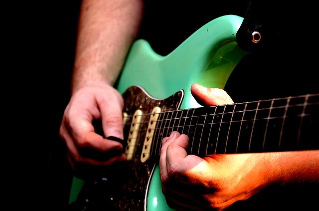 hra na elektrickou kytaru