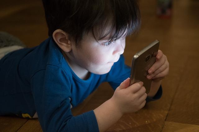 chlapeček s mobilem